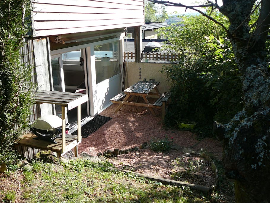 Jardin privatif avec transats et barbecue