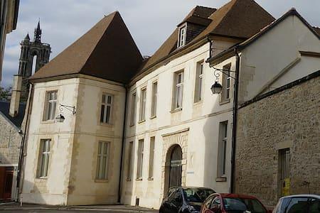 Chambre double avec SdB dans bâtisse médiévale