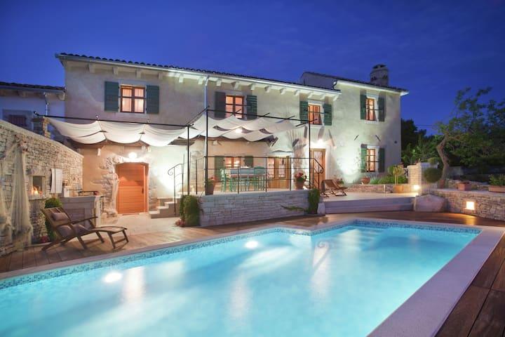 Comfortabele villa met privé zwembad, tuin en prachtig uitzicht, strand 900 m
