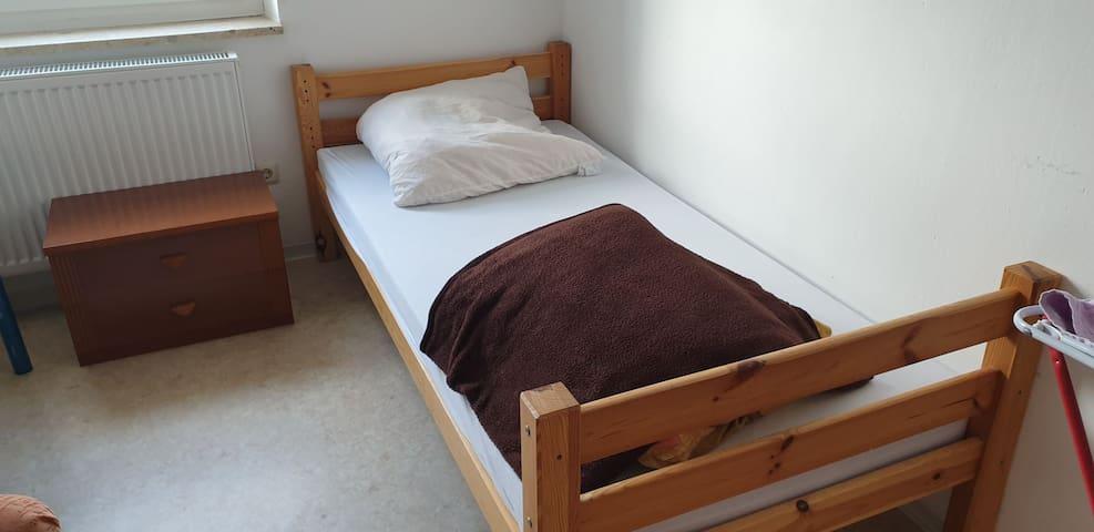 Ein ruhiges Schlafzimmer mit 1 Bett
