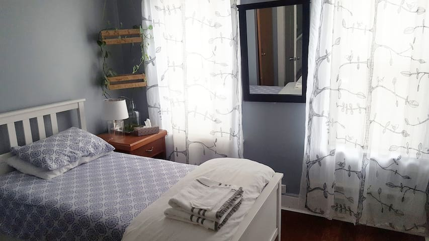 Downtown Lancaster Cozy and Bright Room 1