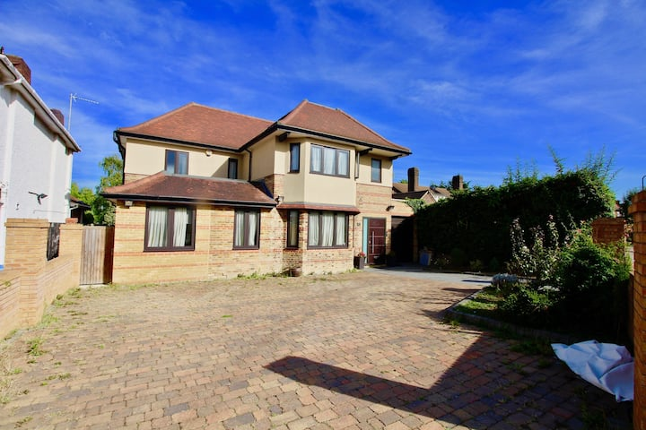 Amazing Villa in Wembley for up to 10 People!