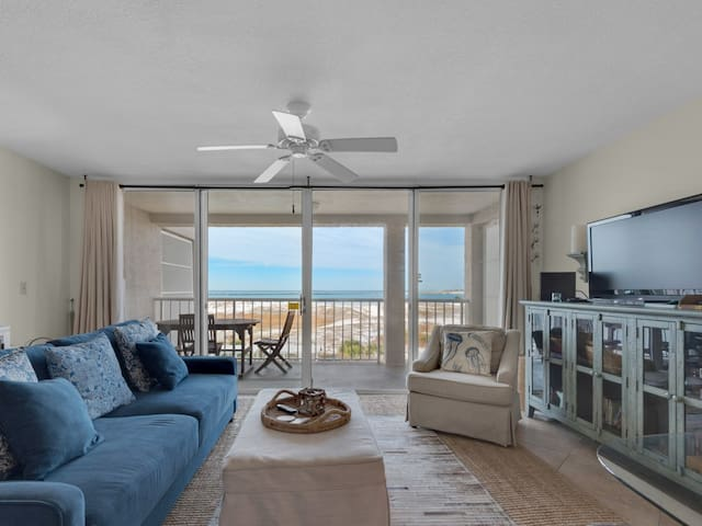 Bright condo w/ Gulf view, beach access, & shared pool/hot tub