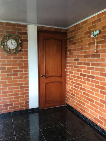 Entrada a habitación 3 y zona común de la casa.