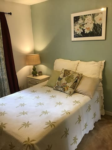 Quiet room double bed for 1 or 2