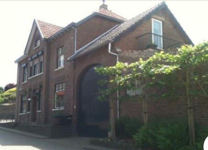Knus  en compleet apartementje met eigen tuintje