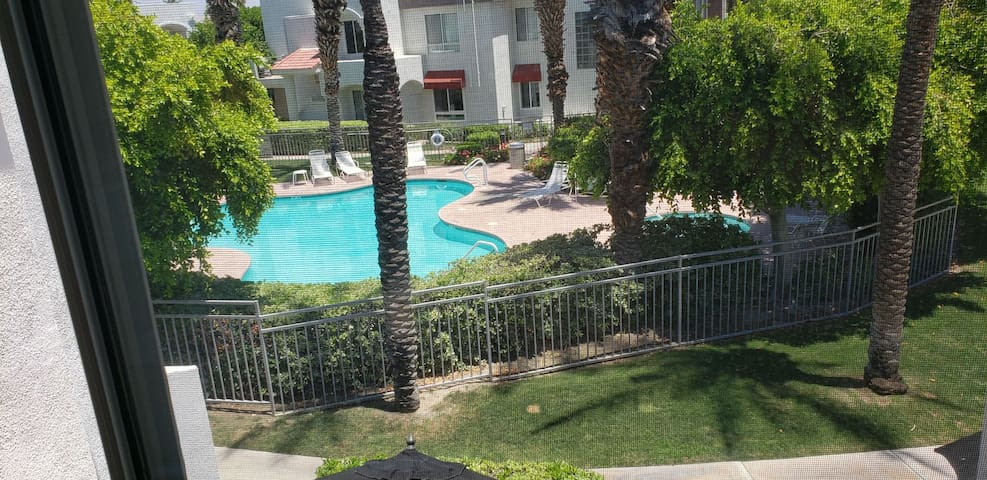 Entire condo, 2/2. pool/spa. close to airport