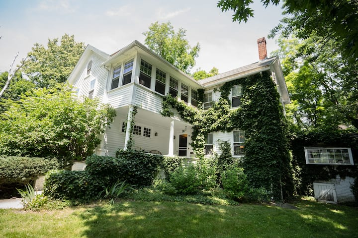 Historic New England Charm - Justine Room