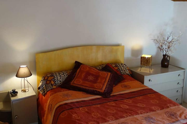 Large bedroom in beautiful village - Aragon - Huis