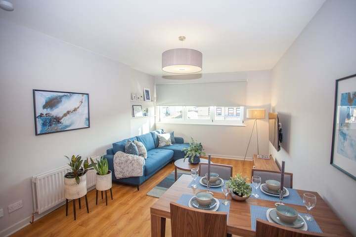 Stylish 2 Bedroom Apartment with Parking