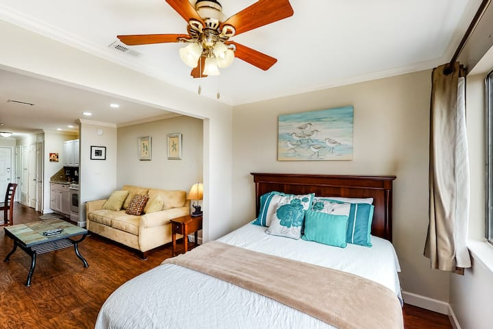 Beachy and elegant studio w/ beach chairs and umbrella for guest use