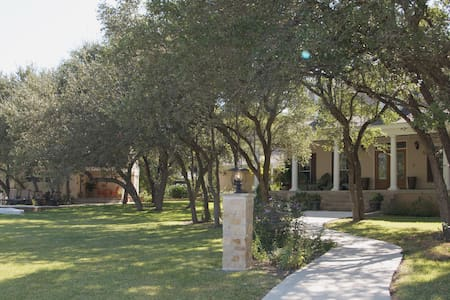 The Homestead on Fox Ridge Bed and Breakfast - Helotes - Bed & Breakfast