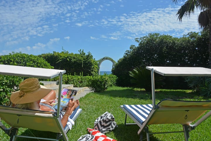 Villa Adamo, absolute beachfront studio apartment - Arenella