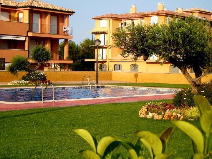 Estudio con jardín y piscina,  ideal para parejas.