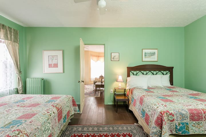 Connecting Room with Two Queen Bed (separated by curtain only)