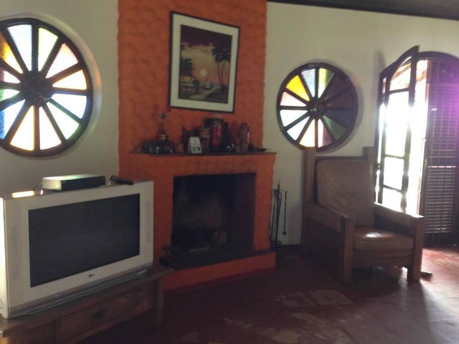 Sala de estar com lareira e TV