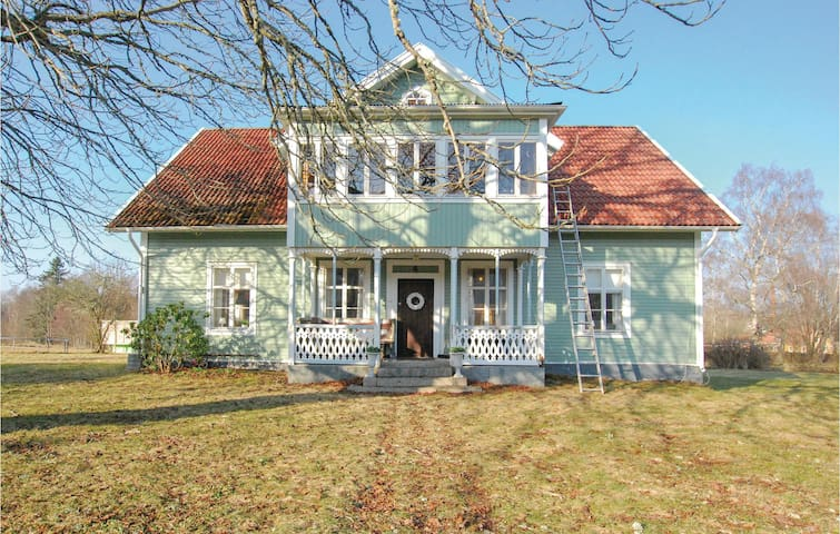 Holiday cottage with 4 bedrooms on 220m² in Grönskara
