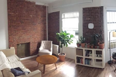 Private room one block from Central Park - Apartment
