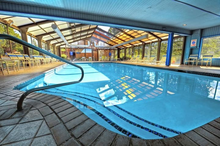 CLOSE TO ATTRACTIONS, GREAT UNIT FOR 4, POOL