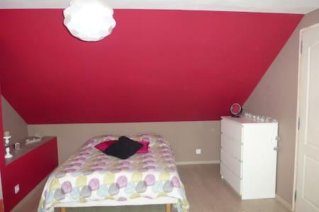 Chambres spacieuses et confortables - Saint-Aubin-le-Guichard - บ้าน