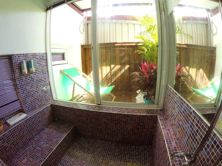 洗完澡可以到戶外陽台曬日光浴