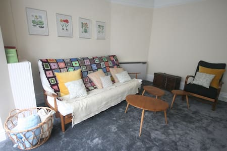 Cheery Retro Apartment by the Sea in Porthcawl