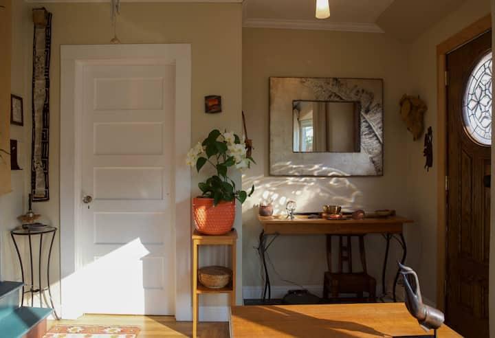 Cozy Attic Retreat in Comfy, Arty East Bay Home