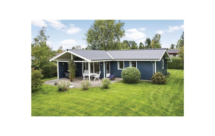 Holiday cottage with 4 bedrooms on 69m² in Dronningmølle