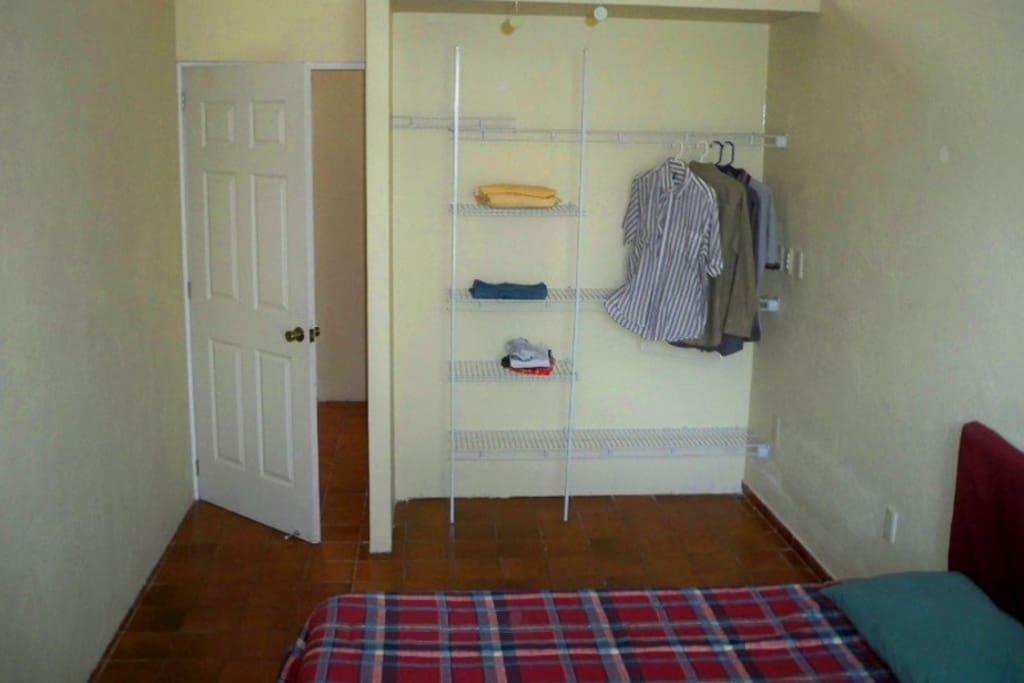 Closet y una silla de descanso ideal para leer o reposar.
