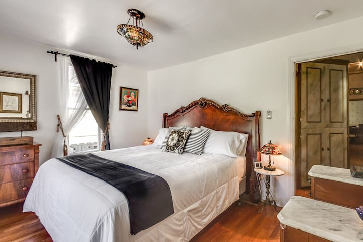 """CYNTHIA'S HOME WAS AS EXPECTED WITH THE MOST COMFORTABLE BED!! THE LOCATION TO DOWNTOWN WAS PERFECT! CHECK IN AND CHECKING OUT WAS VERY EASY! WE DEFINITELY WOULD RECOMMEND!"""