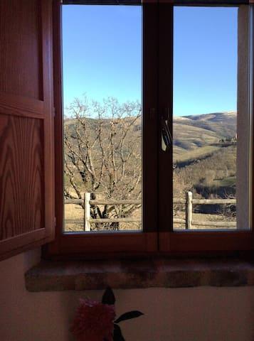 La finestra della camera con vista sulla vallata
