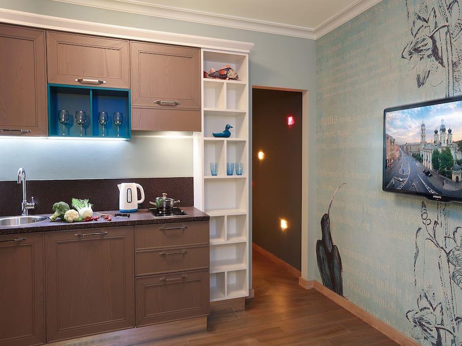 Кухня, проход в спальню, ТВ в кухне-гостиной