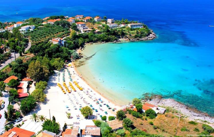 Παραλία Καλογριάς-kalogrias.Η Καλογριά στην Στούπα, μια από τις πιο διάσημες παραλίες, ανάβαθη με τιρκουάζ διάφανα νερά, πολύ αγαπητή στους τουρίστες