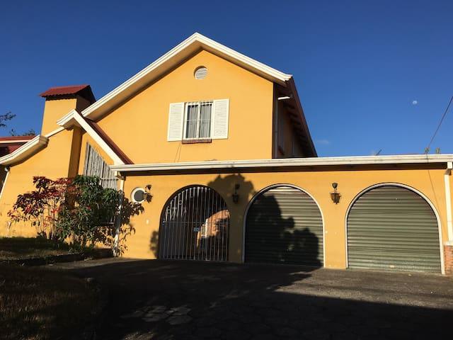 Habitaciones en Casa tipo colonial - Santo Domingo - Hus