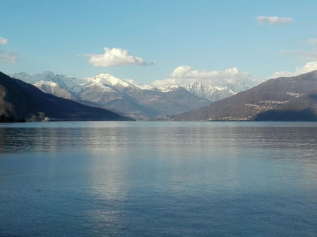 Una veduta dalla strada principale che costeggia il lago/A view from the main road that runs along the lake