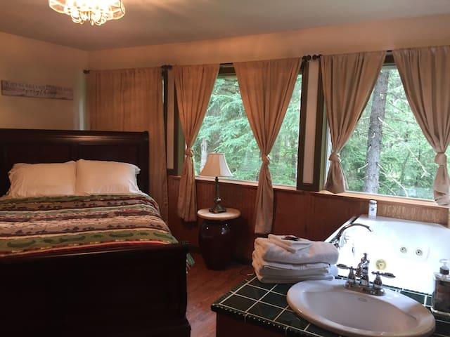 Jacuzzi Tub Room- with Queen Bed in GIRDWOOD, AK