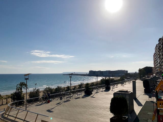 Near the center, quiet area, direct views of the sea and the port of Alicante  Cerca del centro, zona tranquila,vistas directas al mar y puerto de Alicante