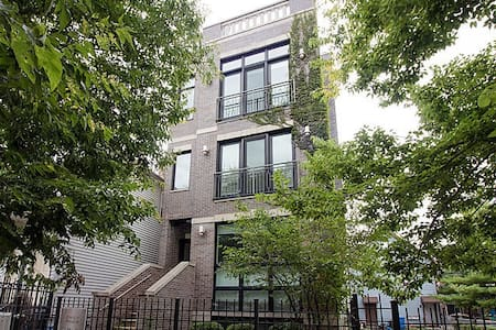 Sunny Room w/ Private Bath in Buzzing Bucktown - Chicago - House