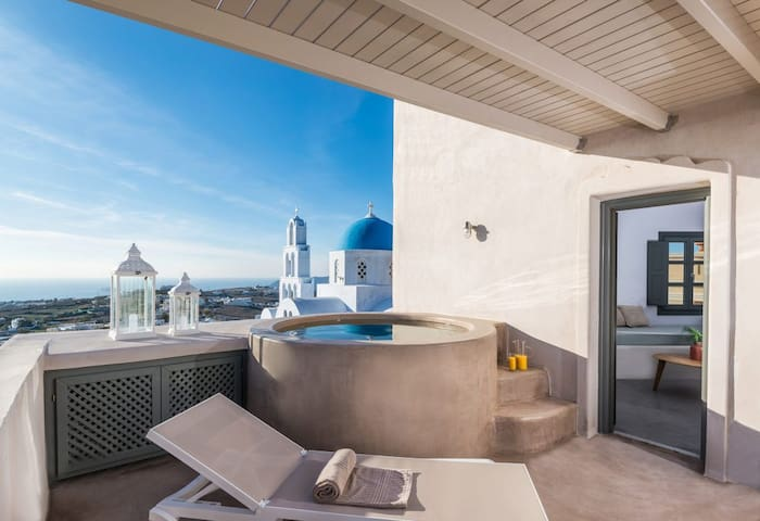 Deluxe Suite~Outdoor Hot Tub & Panoramic Seaview