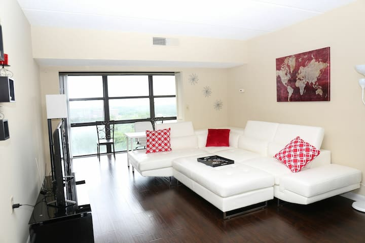 BUCKHEAD PENTHOUSE with City View (2Bed/2Bath)