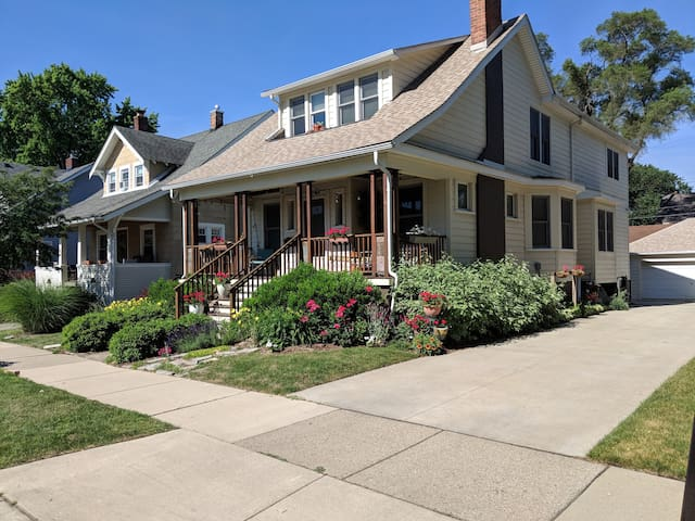 Downtown Royal-Oak for Long stay great Location!