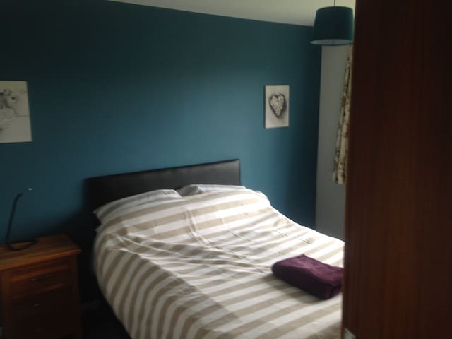 Lovely spacious double bedroom (sleeps 2) - Bradley - Hus