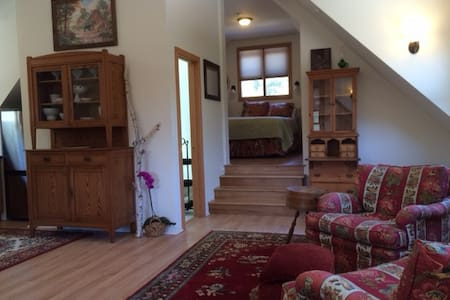 Country life in the city,  guest house on 6 acres - Guesthouse