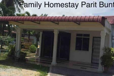 FAMILY HOMESTAY PARIT BUNTAR
