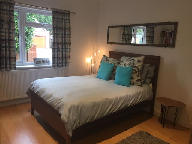 #1 FAMILY ROOM SLEEPS 4 M4 M25 M40 Heathrow Slough - Maidenhead - House