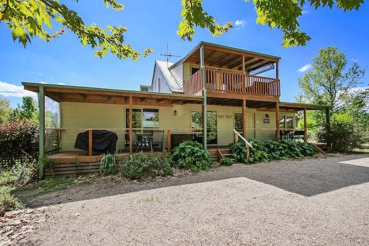 McNamara Cottage - 4 bedroom & 2 lounge room - 2 night