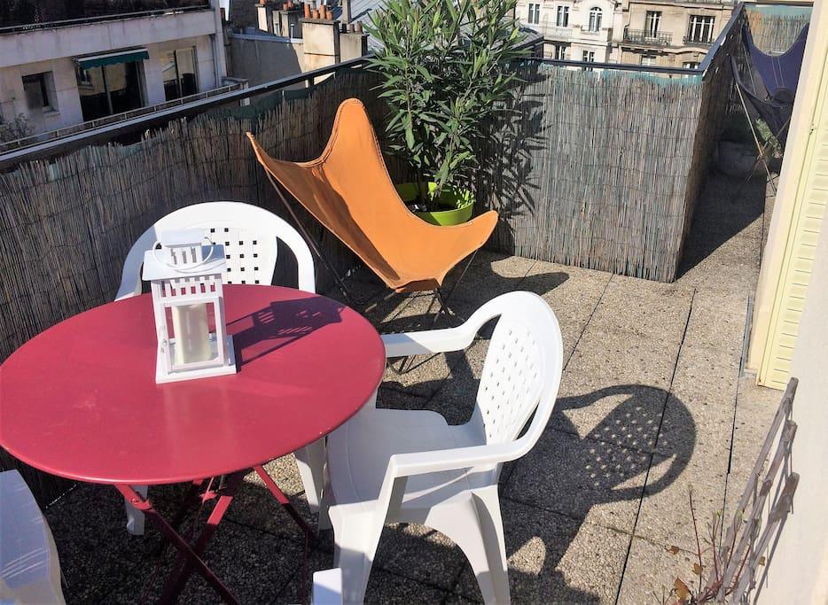 Grande terrasse plein sud avec table et chaises pour des repas ensoleillés