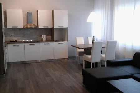 Modern, spacious apartment in downtown w balcony - Vác - Huoneisto