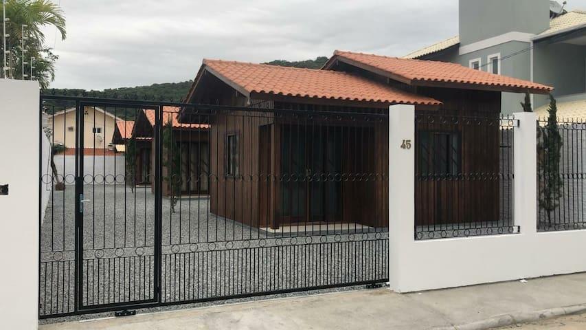 Casas recém prontas e mobiliadas para veraneio.