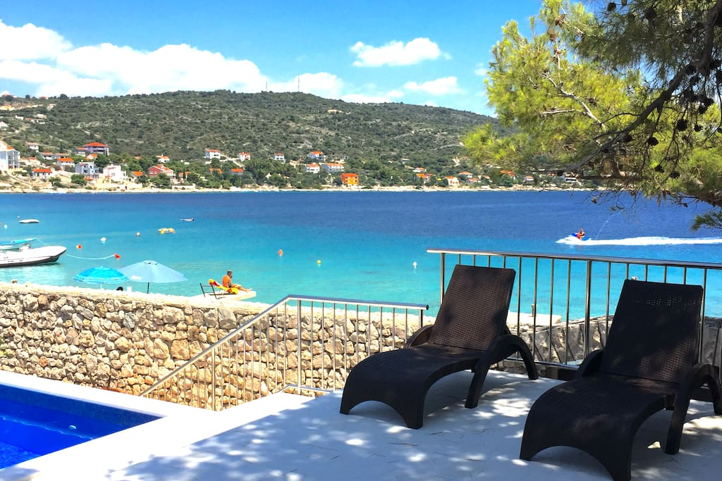 villa les pieds dans l 39 eau avec piscine au calme villas louer sevid splitsko dalmatinska. Black Bedroom Furniture Sets. Home Design Ideas